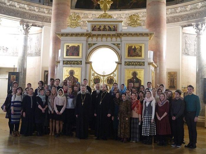 Студенты и преподаватели ПСТГУ после Божественной литургии в храме царевича Димитрия