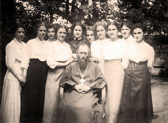 Законоучитель гимназии отец Иосиф с ученицами