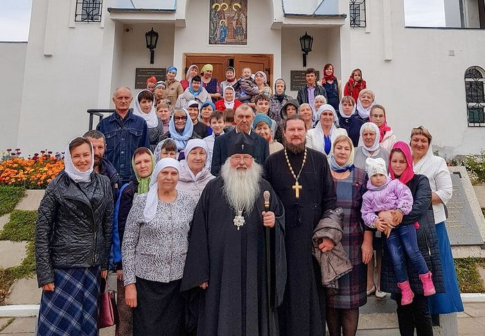 Archbishop Tikhon with parishioners of the Church of the Entry of the Theotokos into the Temple in Nogliki village, Sakhalin. Photo: Pravosakh.Ru.