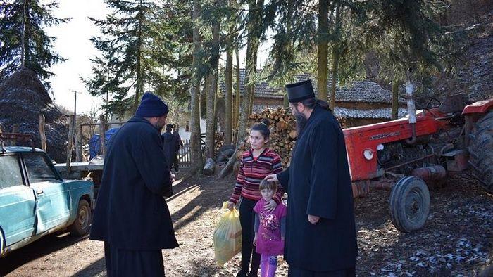 Владика Арсеније у обиласку вишедетних породица у удаљеним планинским селима општине Медвеђа