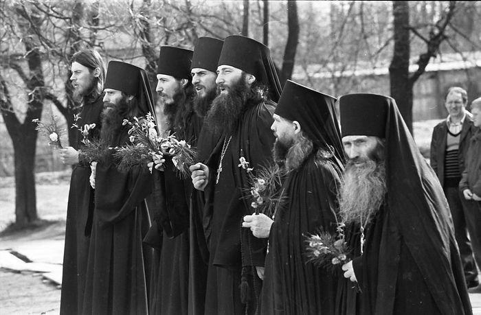 Оптинская Пасха, 1990 год. В центре отец Василий (Росляков), крайний справа старец Илий (Ноздрин)