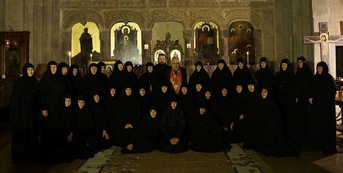 Сестры монастыря с игуменией Кетеван и духовником архимандритом Лазарем