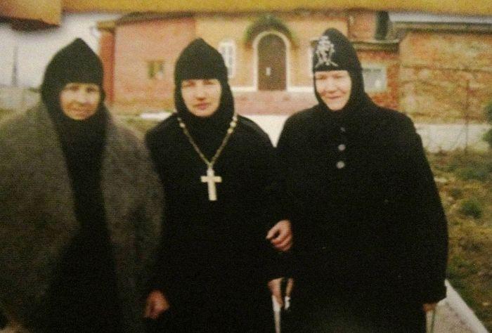 На фото: справа налево – схимонахиня Нонна, игумения Ипполита, схимонахиня Гавриила.