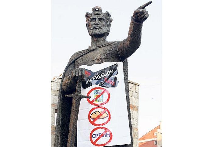 На споменику кнезу Лазару у Косовској Митровици јуче је освануо транспарент (Фото Танјуг)
