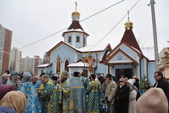 Крестный ход в престольный праздник Введения во храм Пресвятой Богородицы у Введенского храма на Теремках