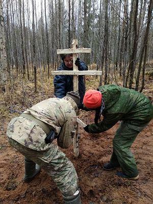 Самодельный крест на раскопе