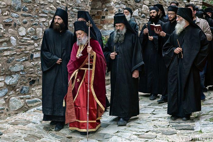 Геронда Григорий с братией на крестном ходу в монастыре. Фото: valaam.ru
