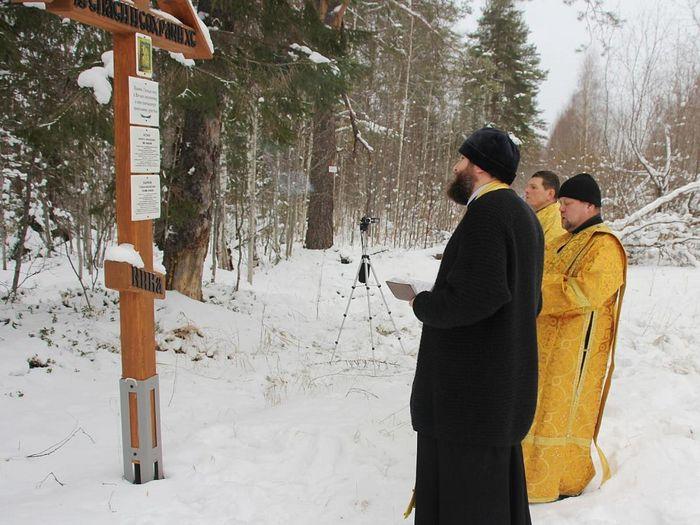 У поклонного креста с памятными табличками безвинно пострадавшим С.М. Наумову и Н.Т. Кузину. Священник Дионисий Путилов служит панихиду по всем в Вятлаге погребенным, в вере скончавшимся православным христианам