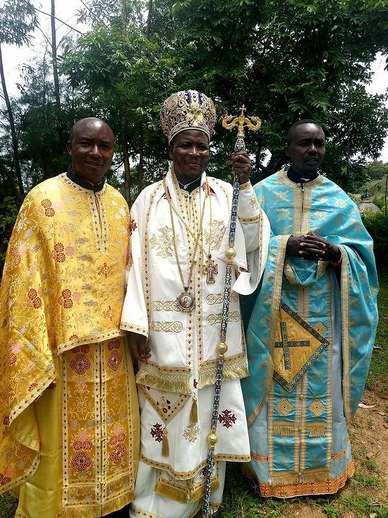 Епископ Кисумийский и Западнокенийский Афанасий (в центре)