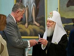 Constantinople-Ukrainian hierarch awards former CIA head for supporting push for Ukrainian national church