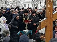 1,000+ Ukrainian faithful gather in prayer outside Parliament to protest anti-Church bills