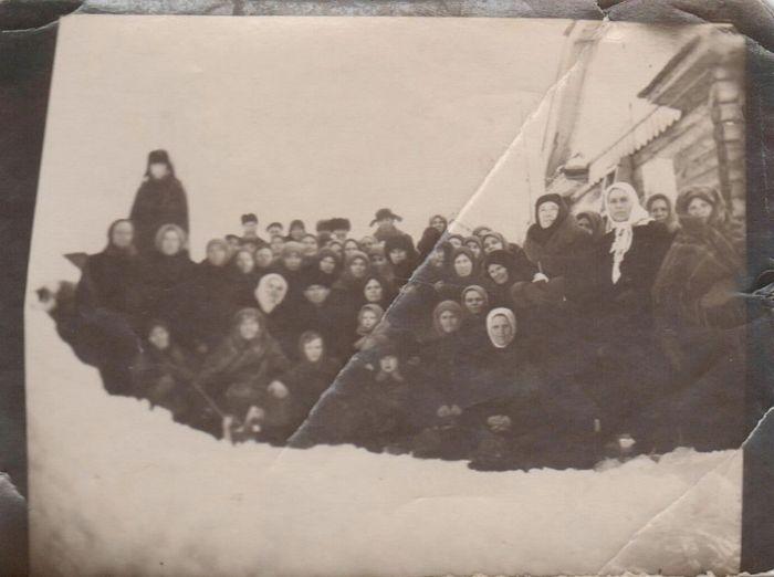 Православная Ханты-Мансийская община совместно с архимандритом Парфением после Богослужения на Перековке среди ссыльных, 1950-е.