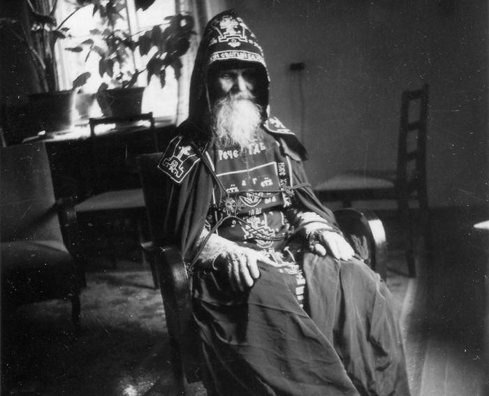 Јеросхимонах Михаил (Питкевич) у својој келији у Псковопечерском манастиру