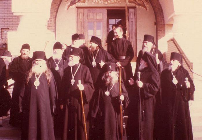 Святитель Иоанн Шанхайский и архиепископ Аверкий (Таушев) среди других архиереев в Джорданвилле