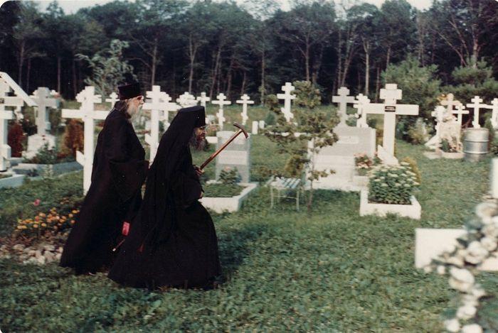 Владыка Иоанн часто служил панихиды на кладбищах