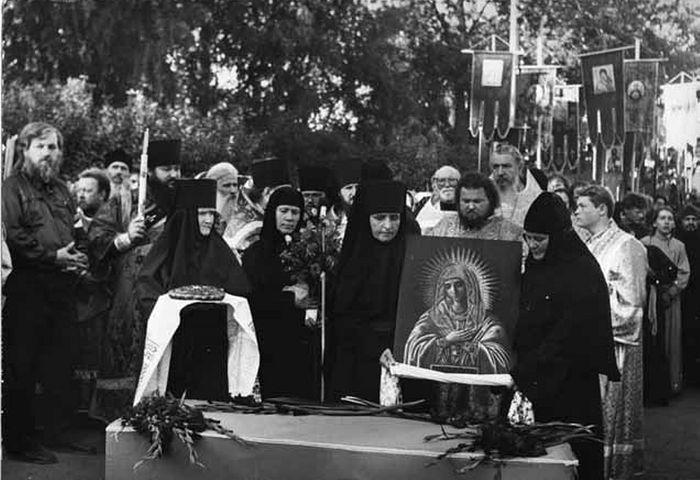 Встреча мощей преподобного Серафима в Дивееве. С тем самым огарочком свечи - иеродиакон Владимир