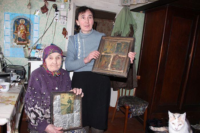 Елена Дмитриевна с дочерью Ольгой и семейными святынями