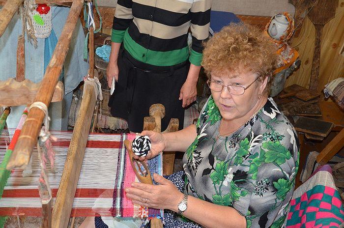 Мастер-класс по работе на старинном ткацком станке проводит специалист Дома ремесел _Зарань_