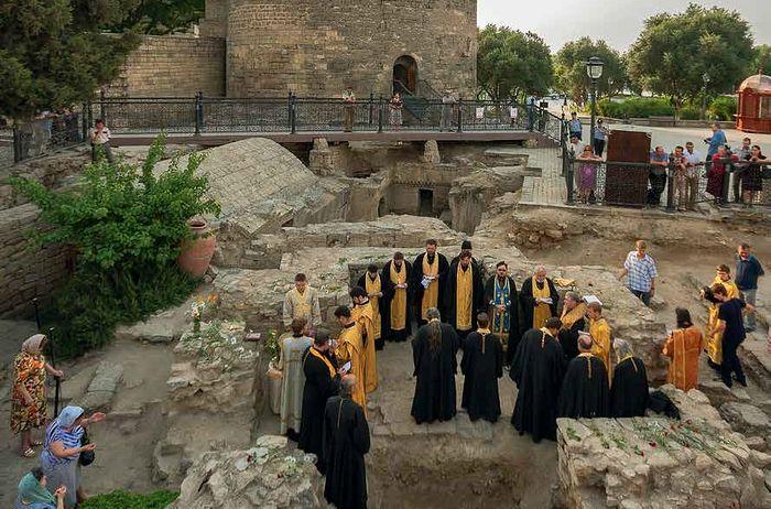 Молебен у подножия Девичьей башни, на месте мученической кончины святого апостола Варфоломея
