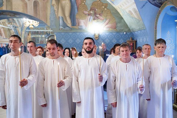 Крещение оглашенных в кафедральном Свято-Троицком соборе Саратова. Фото: Иван Привалов