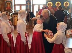 Metropolitan Onuphry meets with orphans to celebrate Nativity
