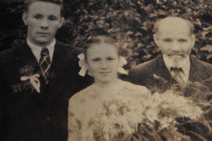 Юная Ольга с отцом Михаилом Георгиевичем и братом Алексием, будущим священником, 1951 г.