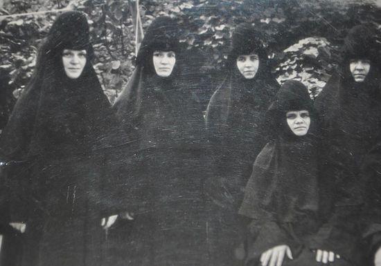 С сестрами обители. Монахиня Елена вторая слева