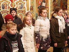 Ukrainian children tearfully entreat schismatics not to take their church (+ VIDEO)