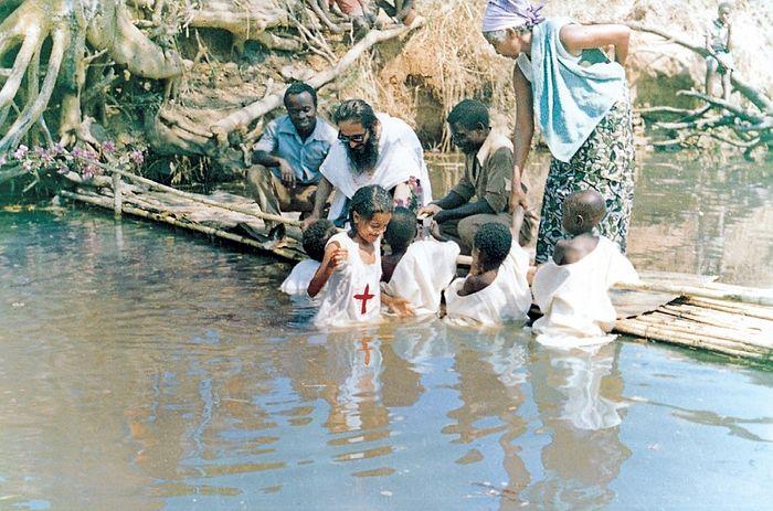 Архимандрит Косма крестит африканских детей