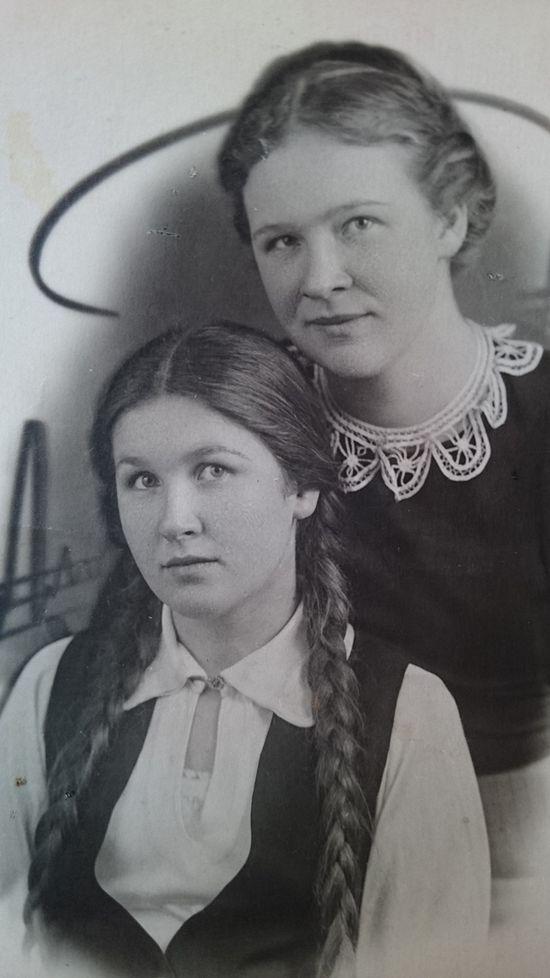 Людмила Платоновна Воздвиженская с подругой
