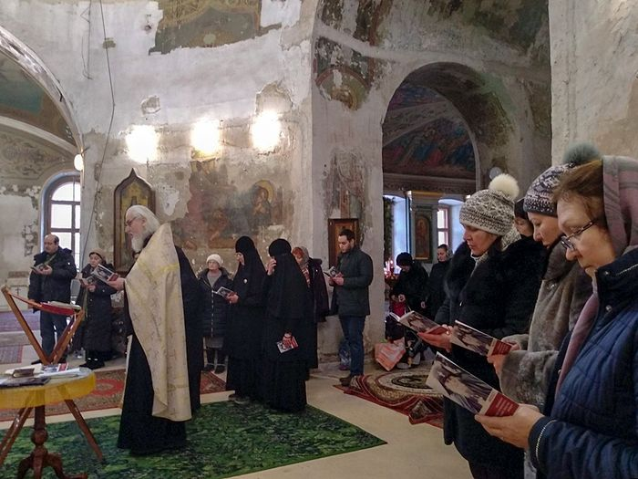 A service of intercession with singing the akathist in front of the icon of St. Gabriel (Urgebadze) at Greatmartyr Irene's Church in Pokrovskoye, central Moscow