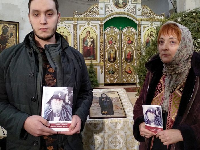 """Employees of the """"Apostol Very"""" (Apostles of the Faith) publishing house Maria Pukhova with the Akathist composed by her and Ivan Semenets with the book by Malkhaz Dzhinoria, Elder Gabriel: A Heart Full of Love"""
