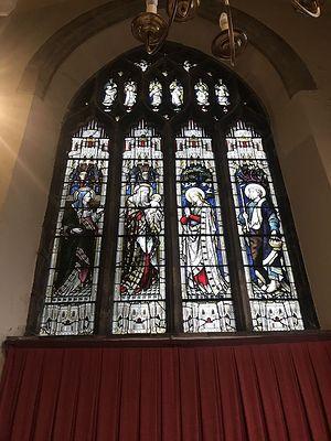 Витраж с изображением слева направо свв. Анны, Симеона, Младенца-Иисуса с Богоматерью и прав. Иосифа в часовне св. Луки Ньюпортского собора