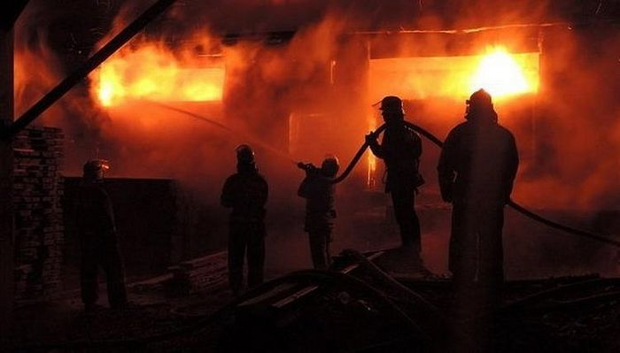 Ukrainian firefighters attempt to save a church building, Photo: spzh.news