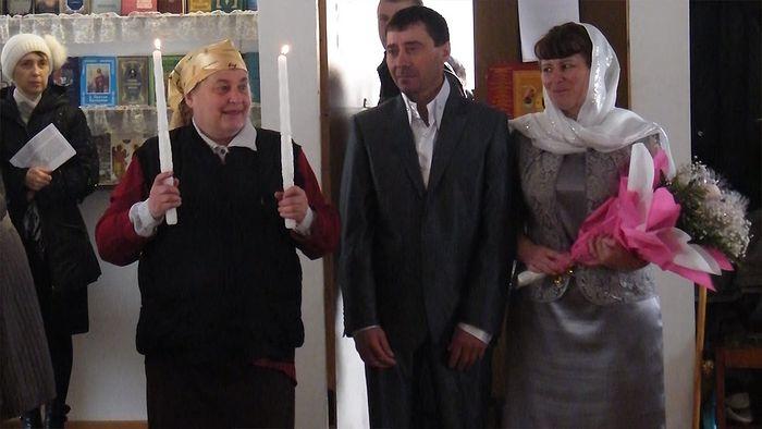 Ольга Николаевна Пряшникова на венчании (стоит со свечами слева)