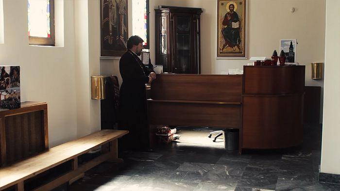 Игумен Филарет у свечной лавки, где была застрелена его мать, монахиня Людмила