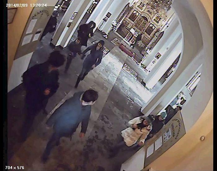 Запись камеры наблюдения Воскресенского собора Южно-Сахалинска. У аналоя виден преступник. Прихожане бегут к выходу