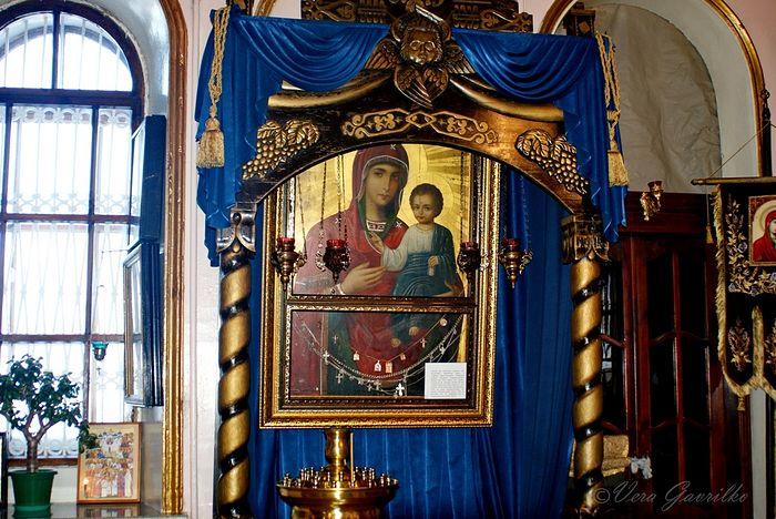Главная реликвия – мироточивая икона Иверской Божией Матери, привезенная богомольцами с Афона