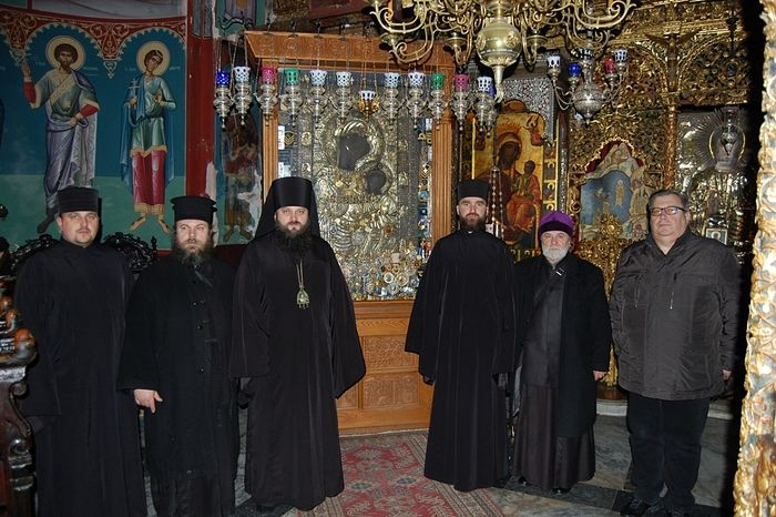 The schismatic delegation in front of the wonderworking Iveron Icon of the Mother of God. Photo: pomisna.info