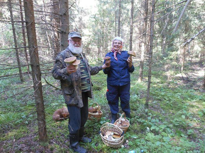 Священник Алексий Новиков с матушкой Ольгой Назаровой в лесу