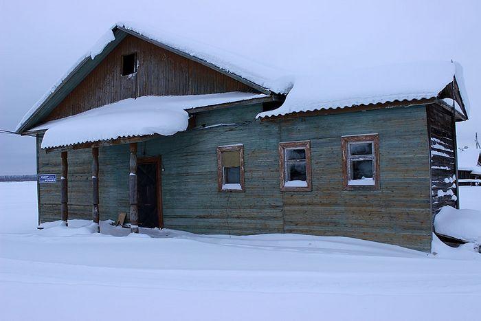 Здание бывшей школы деревни Медвежская
