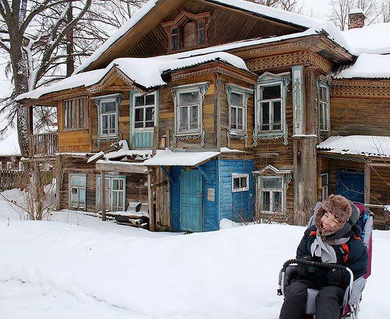 Еремей на фоне дома Доводчиковых