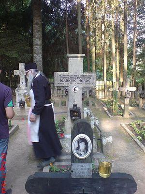 Могила отца Марка на кладбище монастыря Сихастрия (на первом плане)