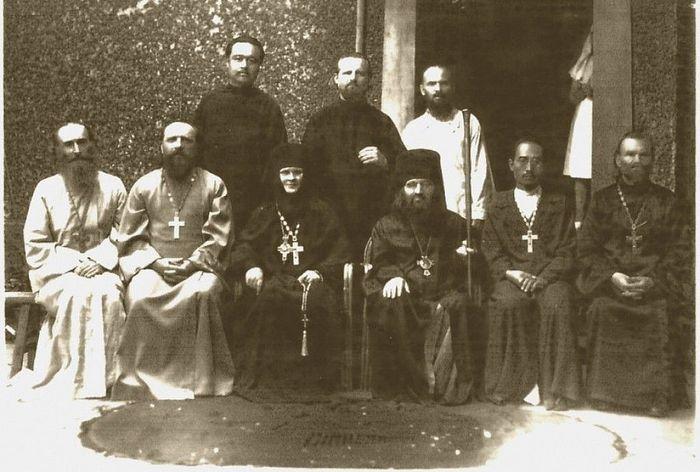 Священство Шанхая. В центре епископ Иоанн (Максимович) и игумения Ариадна (Мичурина)