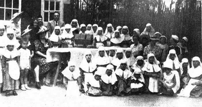 Воспитаницы «Ольгинского» приюта во время благотворительной лотереи. Шанхай, август 1938 г.