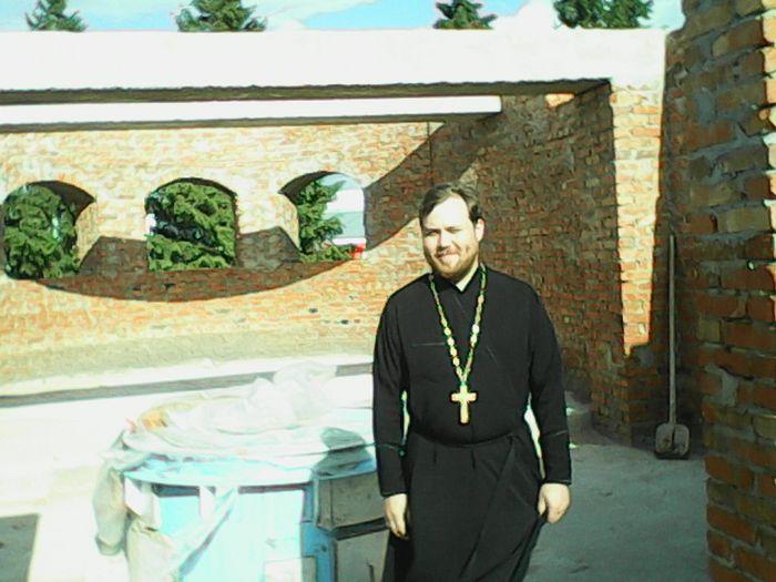 Отец Михаил Дымсков на стройке