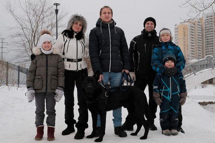 Семья Тюляковых. Ирина и Александр и их дети (слева направо): Вика, Володя, Сережа, Макар и всеобщий любимец Бэк. Не хватает только Веры, уехавшей на соревнования. Фото: АНОСОВ МАКСИМ