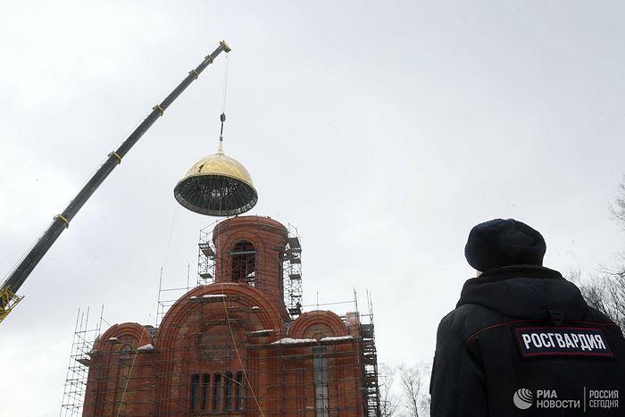 На главном храме Росгвардии установили купол