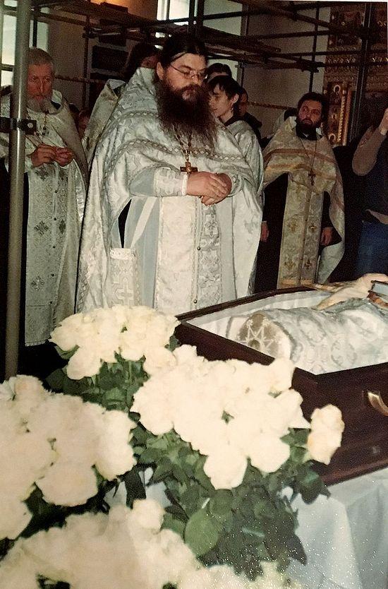 Отец Александр Тихонов у гроба отца Алексия Зотова