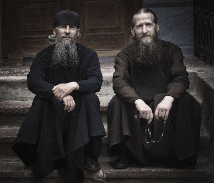 На фото: слева направо – послушник Александр Потапов и монах Власий Потапов